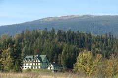 widok domu na tle Babiej Gory i lasu